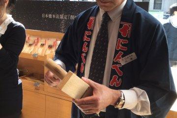 ลับใบมีดได้อย่างไร? พนักงานกำลังแสดงวิธีดึงใบมีดออกจากกล่อง
