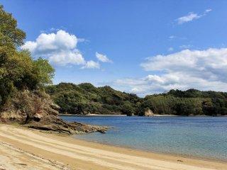 หาดนิวะโตะริซึ่งอยู่ไม่ไกลจากแคมป์ไซท์เป็นหาดที่ดีสูำหรับว่ายน้ำเล่น