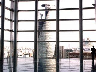 """رواق السماء """"ميكي"""" في برج ناجويا هو مكان هادئ و ملئ بالزجاج و المعدن مثل تجهيزات الأفلام الحديثة"""