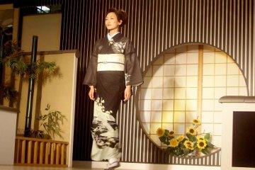 Классическое черно-белое кимоно на показе в Нисидзин