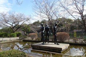 รูปปั้นบริเวณสวนด้านข้างพระราชวัง