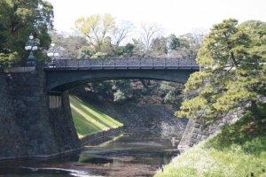 หนึ่งในหลายสะพานข้ามคูน้ำรอบพระราชวังอิมพีเรียล
