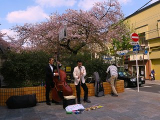Street musicians in Kiyamachi are very common. Jazz and swing suited up performers? Not so much