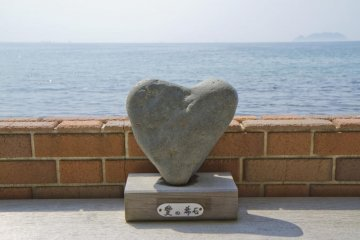 <p>อาอิ โนะ คิเซกิ หรือศิลาแห่งรัก -- พร้อมวิวเกาะกลางสายหมอก</p>