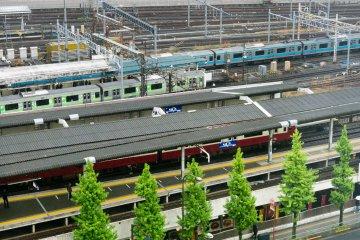 Станция Синагава - один из крупнейших транспортных узлов, где пересекается много линий - расположена прямо через дорогу