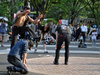 Зрителей очень развлекло, когда один из танцоров начал перепрыгивать через остальных