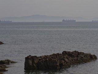 ここは関門海峡に近く、巨大船舶が通過する