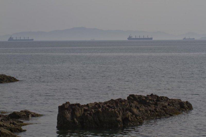 여기 칸몬 해협 근처에 큰 배들이 많이 있다