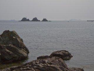 玉石の多いこのビーチは絶好の魚釣り・遊びスポットだ