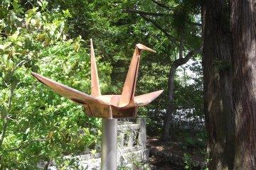 Una grulla de origami de metal