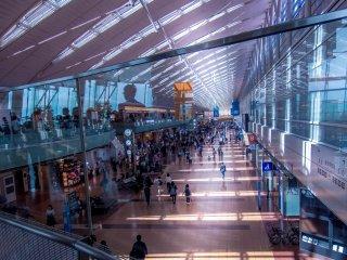 Hal pertama yang saya sadari saat tiba di Haneda adalah bandaranya yang terasa luas