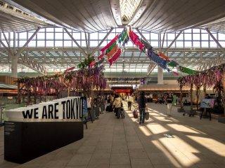 Salah satu bagian dari terminal internasional adalah pasar penuh warna dengan berbagai macam dekorasi