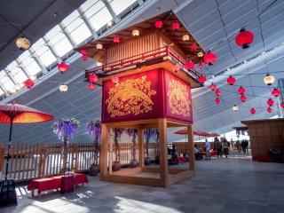 "Pasar ini menunjukkan arah ke ""Edo-Komachi"", sebuah replika mengagumkan di kota Jaman Edo"