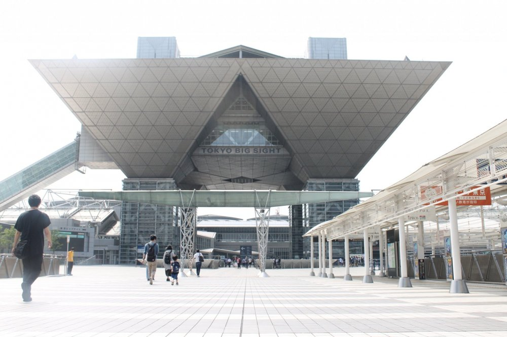 On a fine Saturday, several people were already on their way from Kokusai-tenjijo-seimon Station to the Tokyo Big Sight for the International Tokyo Toy Show 2018.