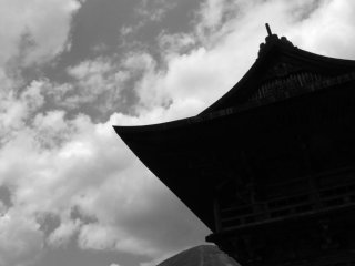 The temple bell and Mt. Nantai