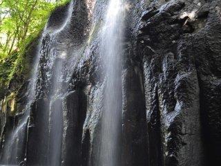 Вода, прокладывающая себе дорогу сквозь камни