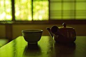 In your room you will find cups and hot water to prepare a delicious green tea
