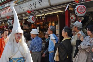 Wig dan topi putih dan membuat penampilan para wanita ini sangat halus