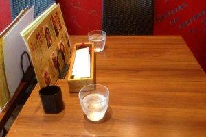 자리를 안내받아 테이블로 이동했습니다. 깔끔하게 물이 놓여져있네요.