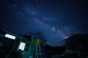 Потрясающее звездное небо и Млечный путь над базой