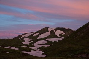 Восход окрашивает снег в пастельные розовые тона
