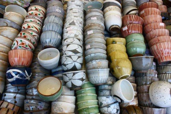 安価な茶碗から、高価で大きな花瓶や飾り皿まで、何千もの陶芸品が販売される。