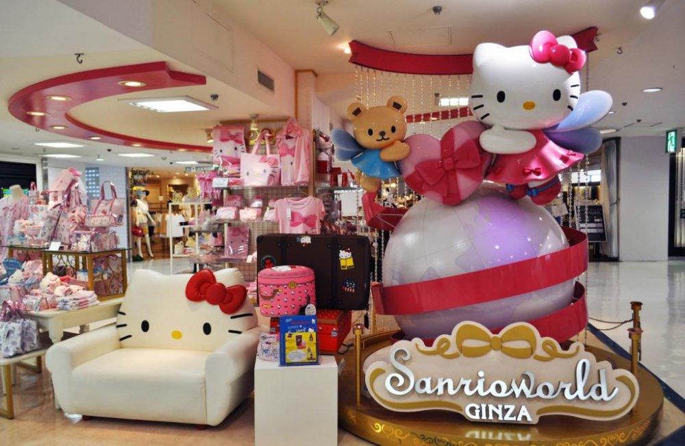 Sanrioworld memiliki pemandangan Hello Kitty mengesankan di depan toko