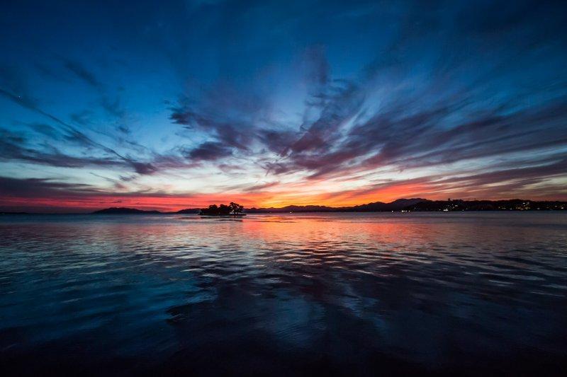 落日将天空染成深蓝和红色