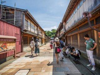 Jalan utama dipenuhi oleh bangunan-bangunan kuno dari Zaman Edo
