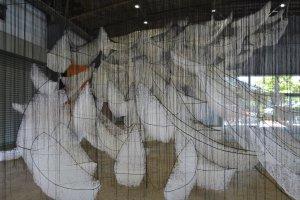 "Oeuvre de Chiharu Shiota (""Où allons-nous?"")"