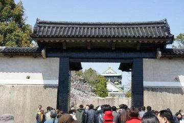 오사카성으로 들어가는 입구인 오모테몬. 중요문화재로도 지정되있습니다