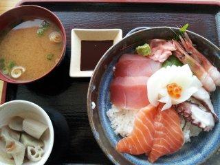 신선한 해산물을 맛볼 수 있는 카이센동(950엔)