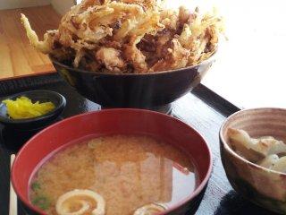 또 하나의 인기메뉴 카키아게동(850엔) 이외에도 우동이나 카레, 새우튀김정식 등도 판매합니다