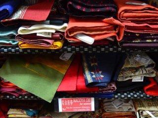 Nagoya obi (sabuk tradisional yang terbuat dari kain) untuk perempuan.