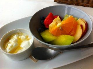 Buah segar dan yoghurt dengan madu