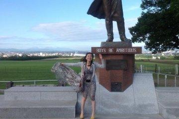 """克拉克博士像。雕像下还刻着一行英文。翻译成汉语就是""""男儿应该有志向"""""""