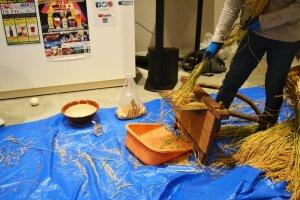 De la plante on extrait les grains, avec une machine rudimentaire, de façon traditionnelle