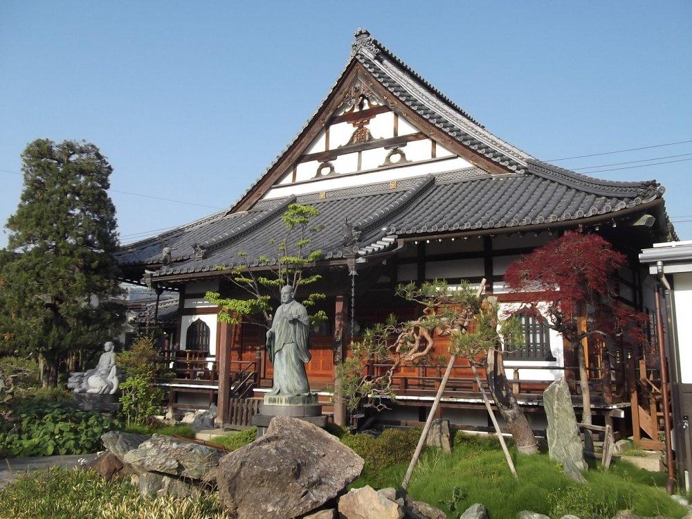 A view of the worship hall at Ryuko-ji