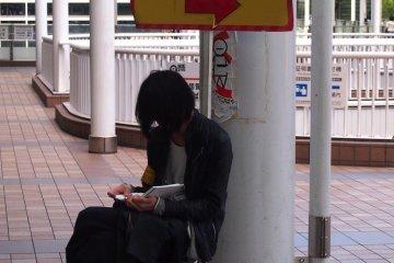 <p>Прямо выходе Конан из станции Синдзюку, будет знак, указывающий в направлении барахолки. Вы также можете спросить организатора, который сидит там, если Вы не уверены в каком направлении идти, как я и сделал.</p>