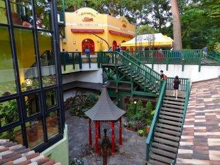 Вид на Кафе Музея Гибли и центральная беседка с ручным насосом для воды из скважины