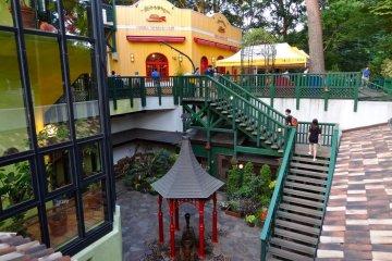<p>Вид на Кафе Музея Гибли и центральная беседка с ручным насосом для воды из скважины</p>