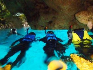 Lặn bằng ống thở qua hang động