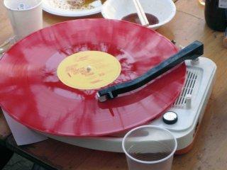 Âm nhạc là món cần thiết cho một bữa tiệc. Hãy mang iPod và loa nếu bạn không có một máy ghi âm để mang theo.