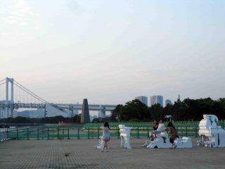 """Trèo lên các tác phẩm điêu khắc nghệ thuật có tên """"Chiều chủ nhật trên đảo công viên Shiokaze""""."""