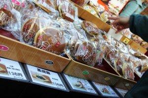โดรายากิเป็นขนมปังไส้ถั่วแดงยอดฮิตของหลายร้านในตลาดซูงาโมะที่โตเกียว