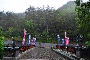 Jembatan utama menuju Gua Ryusendo