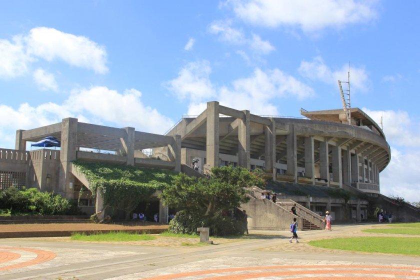 O Okinawa Athletic Stadium e o Okinawa Comprehensive Athletic Park em redor oferecem oportunidades de desporto e entretenimento