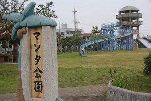 O escorrega gigante no Parque Manta é um dos mais altos e longos de Okinawa