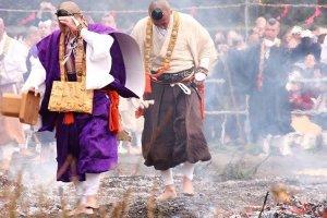 Японские монахи на раскалённом угле
