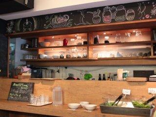 Makan siang termasuk nasi/roti dan salad dengan sayuran organik musiman dari seluruh Jepang